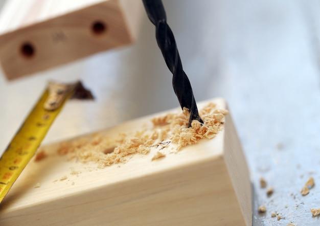 Holzstangen werden gebohrt