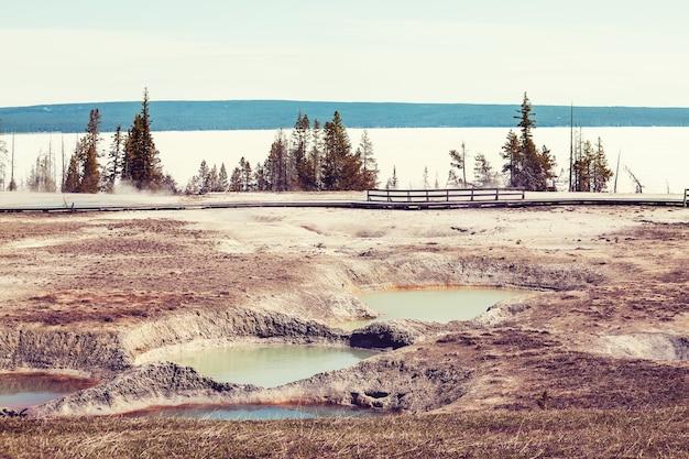 Holzsteg entlang der geysirfelder im yellowstone-nationalpark, usa