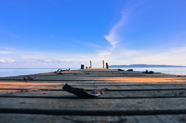Holzsteg gehen zur see mit blauem himmel