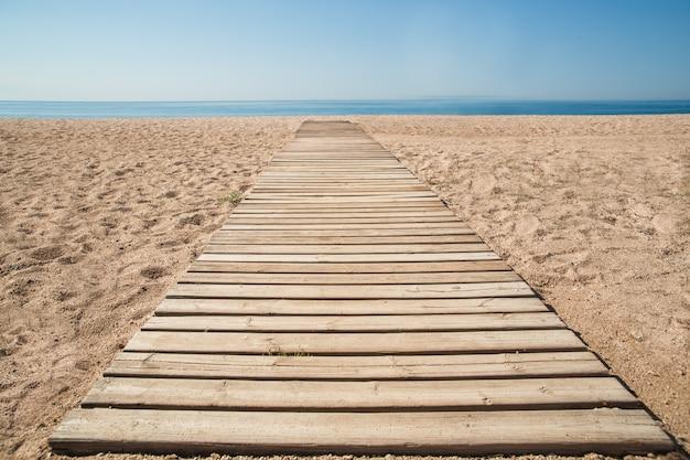 Holzsteg im sand am strand