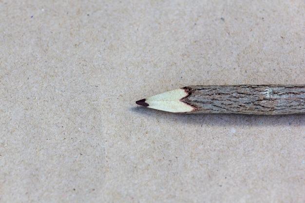 Holzstift aus ast auf papier