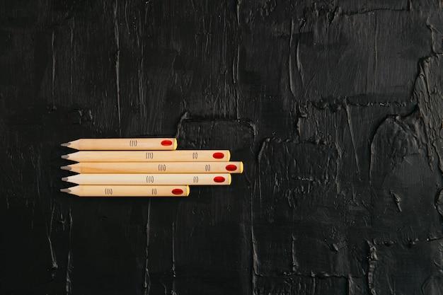 Holzstifte in form von fingern auf einem schwarzen strukturierten. copyspace, werbung vorlage im trend, ual banner für halloween. fröhliches halloween.