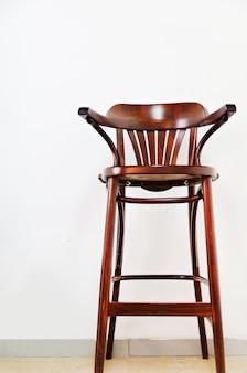 Holzstuhl auf hellem wandhintergrund. stil minimalistisches konzept. innenarchitektur