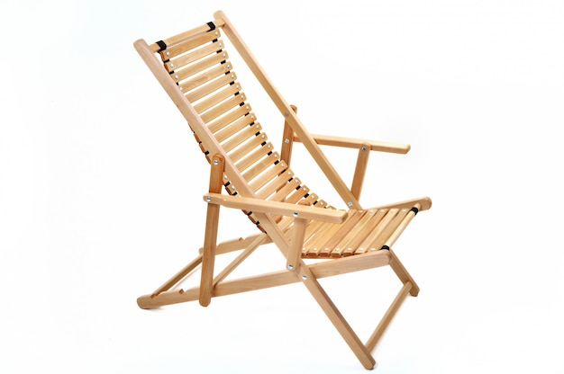 Holzstuhl chaiselongue auf weißem hintergrund