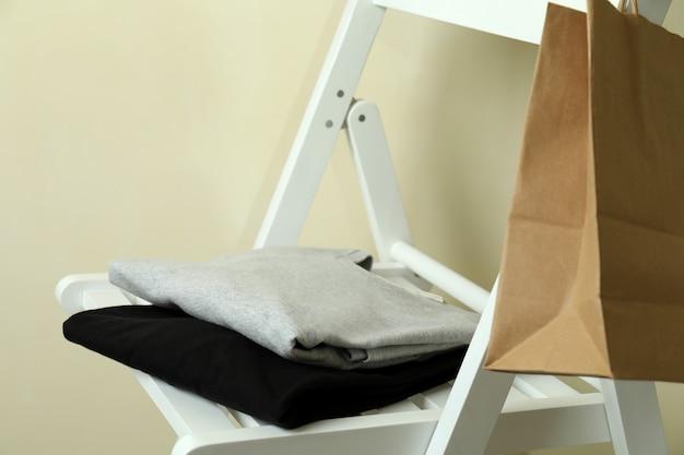 Holzstuhl mit schwarzen und grauen sweatshirts