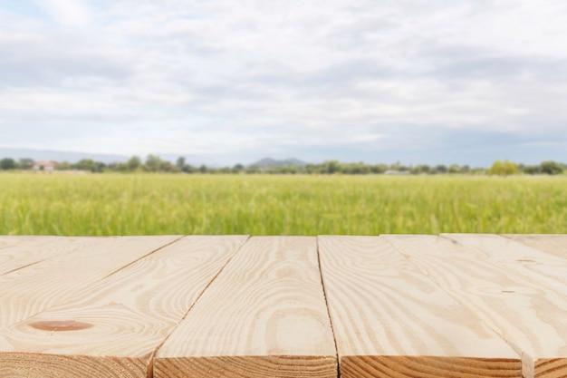 Holztabelle vor der zusammenfassung verwischt im cornfield-hintergrund