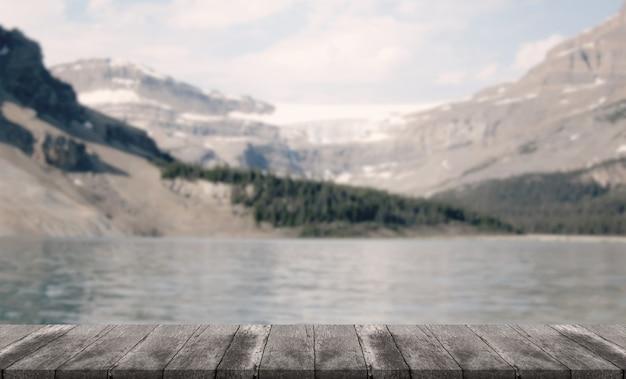Holztabellenhintergrund des freien raumes mit unscharfem landschaftshintergrund.