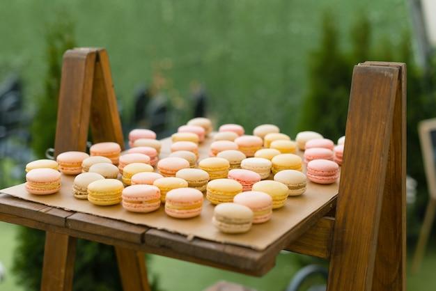 Holztablett und einige köstliche französische macarons
