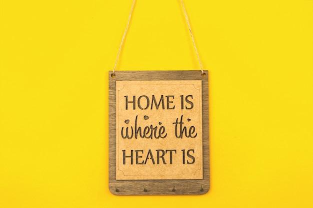 Holzteller zuhause ist, wo das herz ist, gemütliches wohndekorationskonzept foto