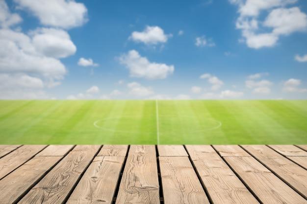 Holztheke mit fußballplatzhintergrund