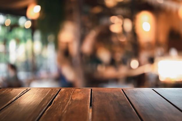 Holztisch auf einem unscharfen hintergrund des restaurants