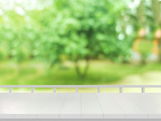 Holztisch auf unscharfem naturhintergrund.