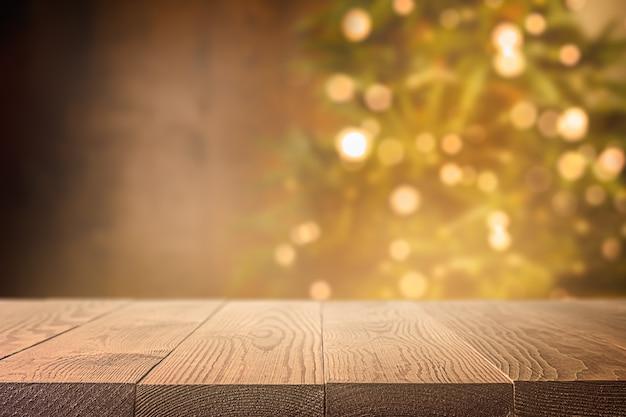 Holztisch im hintergrund und weihnachtsbaum defokussieren