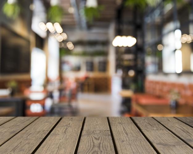 Holztisch mit blick auf verschwommene leere leiste