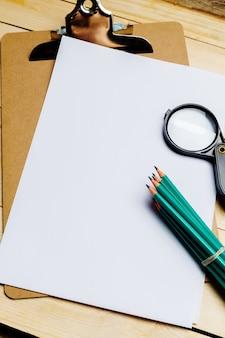 Holztisch mit büroartikel, draufsicht