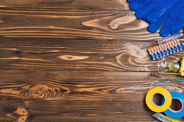 Holztisch mit elektrischer ausrüstung