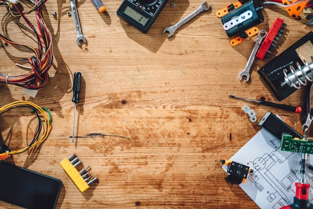 Holztisch mit elektrowerkzeugen