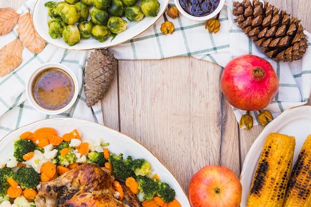Holztisch mit essen bedeckt