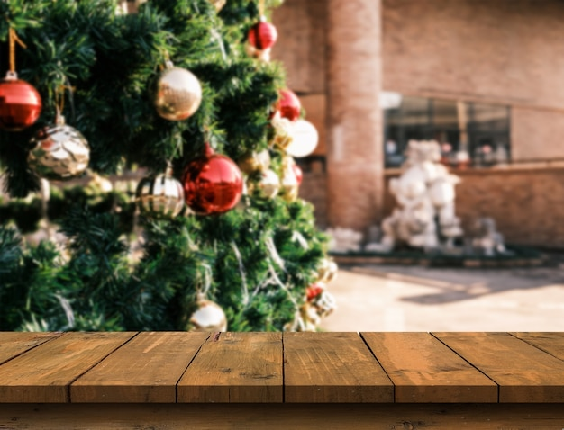 Holztisch mit freiem platz am weihnachtsbaum