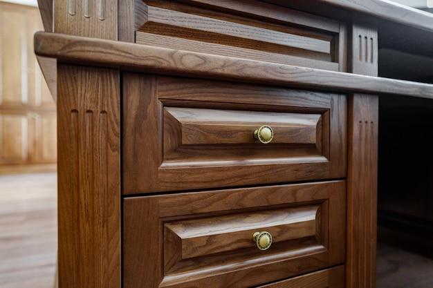 Holztisch mit mehreren kisten im büro