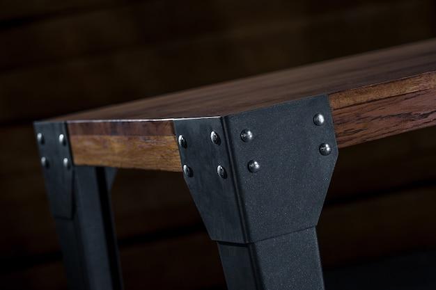 Holztisch mit metallbeinen mit holzwand