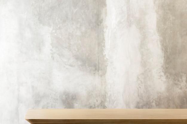 Holztisch mit rustikalem grauem wandprodukthintergrund