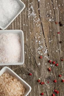 Holztisch mit salz und pfeffer