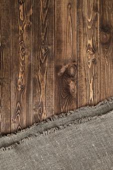 Holztisch mit tischdecke