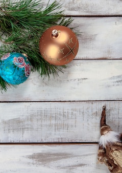 Holztisch mit weihnachtsdekoration mit kopierraum für text.