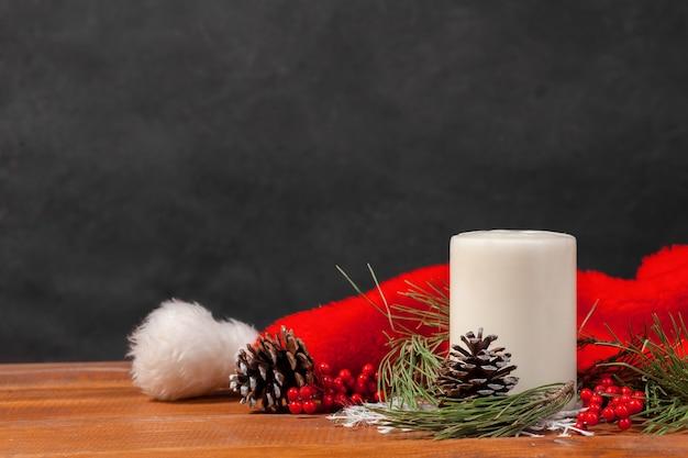 Holztisch mit weihnachtsschmuck und weihnachtsmütze. weihnachtskonzept