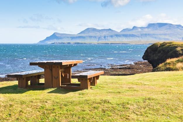 Holztisch und bänke im ruhebereich