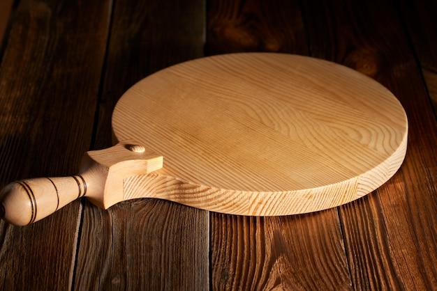 Holztisch und rundes schneidebrett
