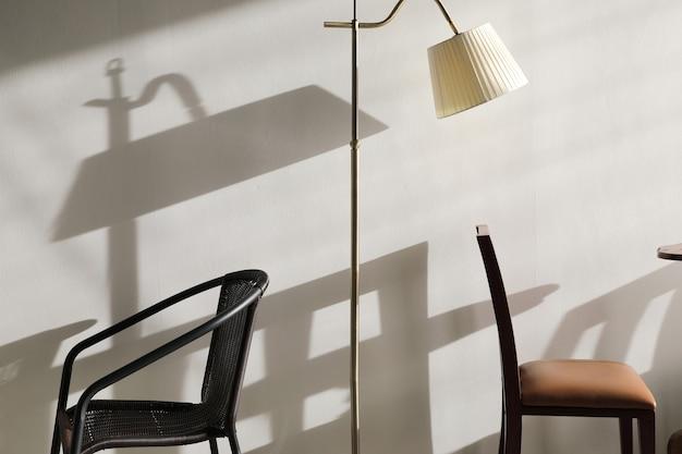 Holztisch und stühle mit lampe an der wand