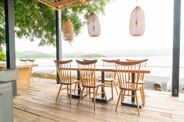 Holztisch und stuhl im café-restaurant