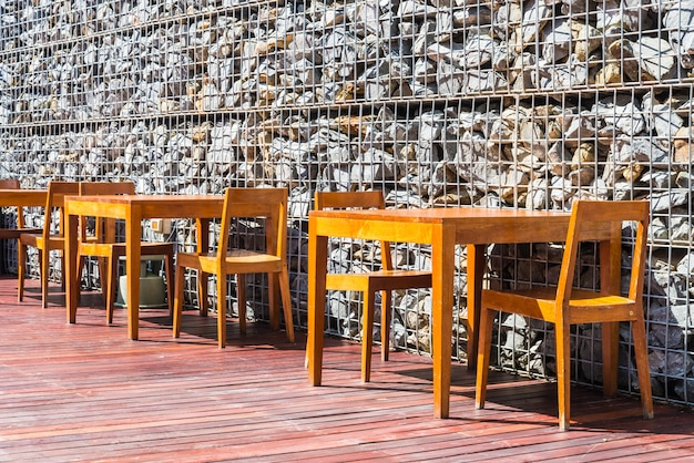 Holztisch und stuhl zum abendessen