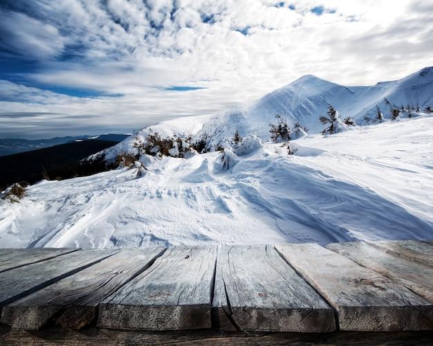 Holztisch und winterhintergrund