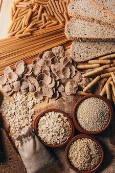 Holztisch voller ballaststoffreicher vollkornprodukte, perfekt für eine ausgewogene ernährung