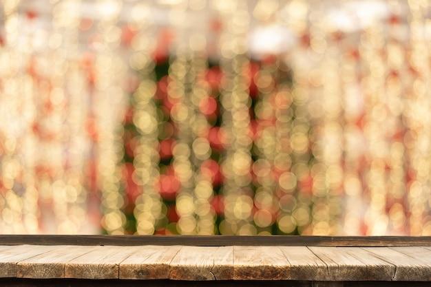 Holztisch vor dekorativen innenlichterketten.