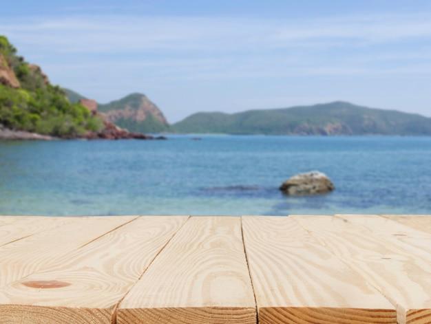Holztisch vor der zusammenfassung verwischt im blick auf den meereshintergrund