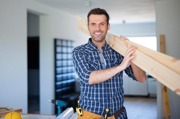 Holztische für neues bücherregal in guten händen