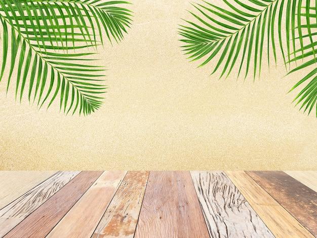 Holztischplatte auf unscharfem strandhintergrund mit grünem palmblatt, sommerkonzept