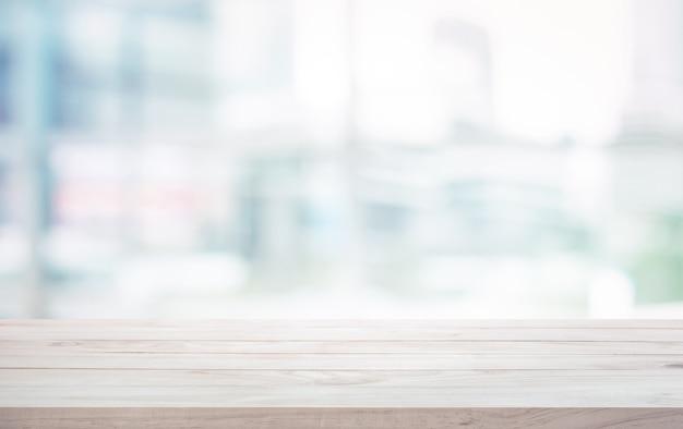 Holztischplatte auf unscharfem weißem glasfensterhintergrund