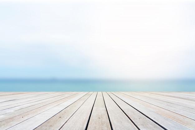 Holztischplatte mit der naturlandschaft