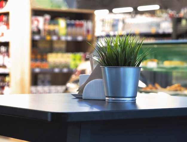 Holztischplatte mit unschärfe im café oder im café-restaurant.
