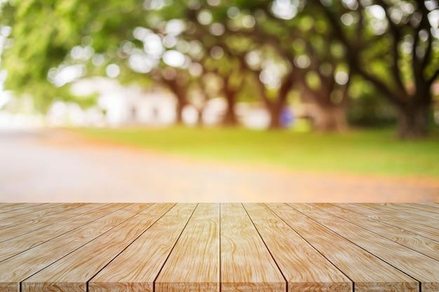 Holztischspitze auf unschärfegrün vom hintergrund des gartens morgens