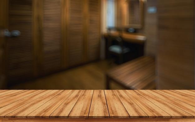Holztischspitze für montageproduktanzeige mit unscharfem badekurortinnenraumhintergrund