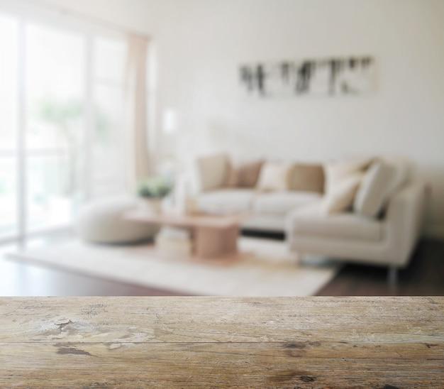 Holztischspitze mit unschärfe des modernen wohnzimmerinnenraums als hintergrund