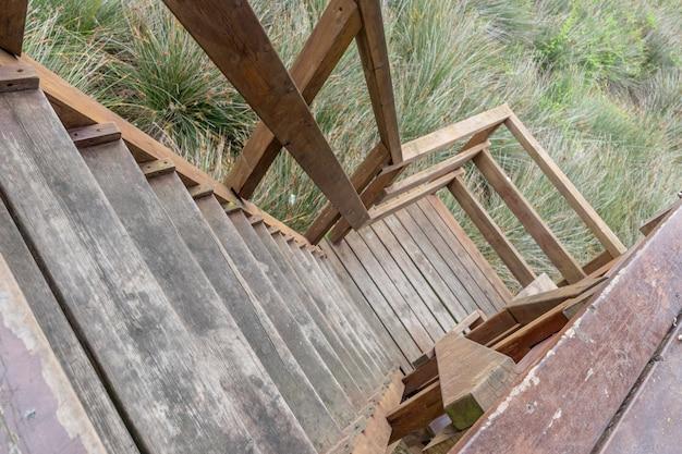 Holztreppe in einer ländlichen umgebung