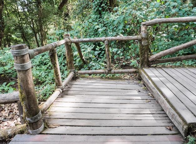 Holztreppe mit der klotzschiene.