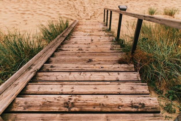 Holztreppen zum strand hinunter